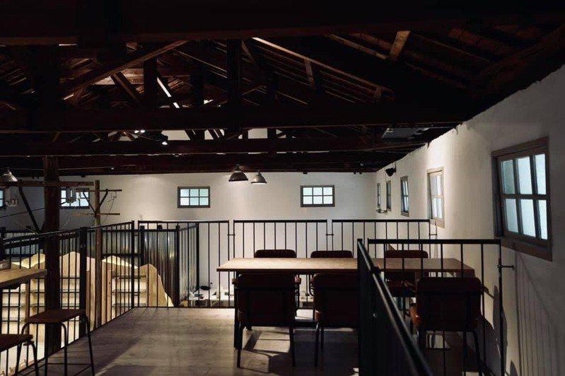 台中市農會老倉庫改建成咖啡店,以懷舊木製及現代鋼鐵打造,仿如新舊世代融合意象的咖啡店。圖/台中市農會提供