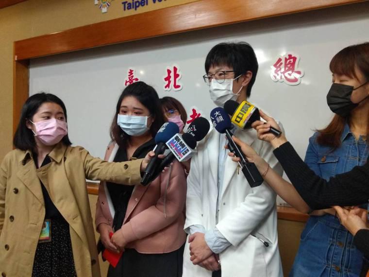 北榮心臟外科醫師郭姿廷(右)說明心臟黏液瘤發生情形,獲成功搶救的陳小姐(左)現身...