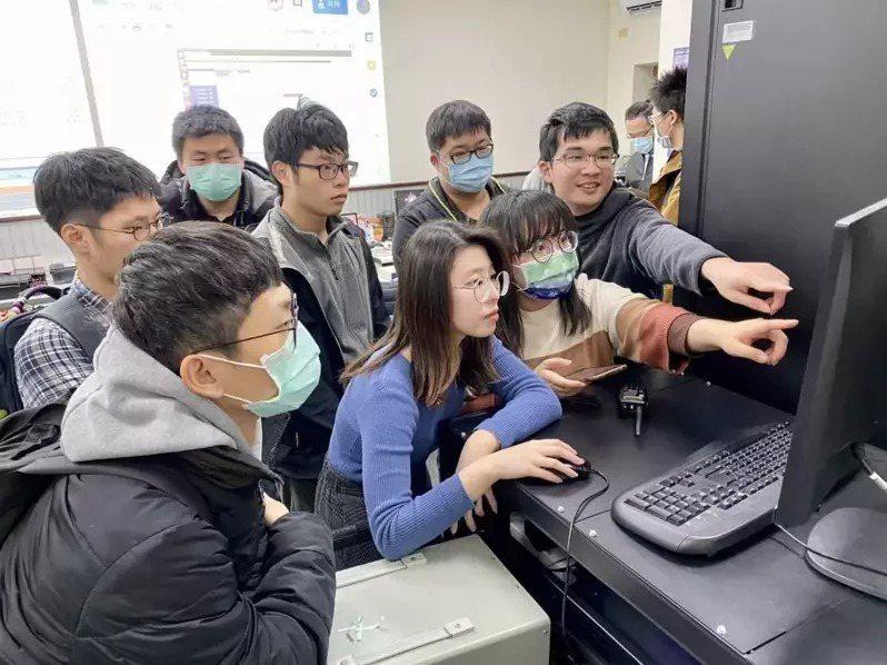 中央大學太空系數名教師帶領近30名年輕碩士生完成人造衛星「飛鼠」。圖為飛控團隊教學。圖/中央大學提供