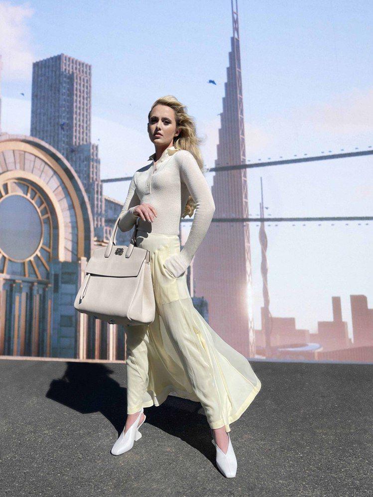 美國女星Kathryn Newton穿著SLOANE白色小羊皮F形鞋跟拉帶鞋