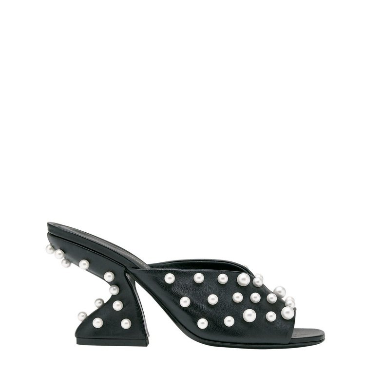 SANSU黑色小羊皮珍珠裝飾F形鞋跟涼鞋,35,900元。圖/Salvatore...