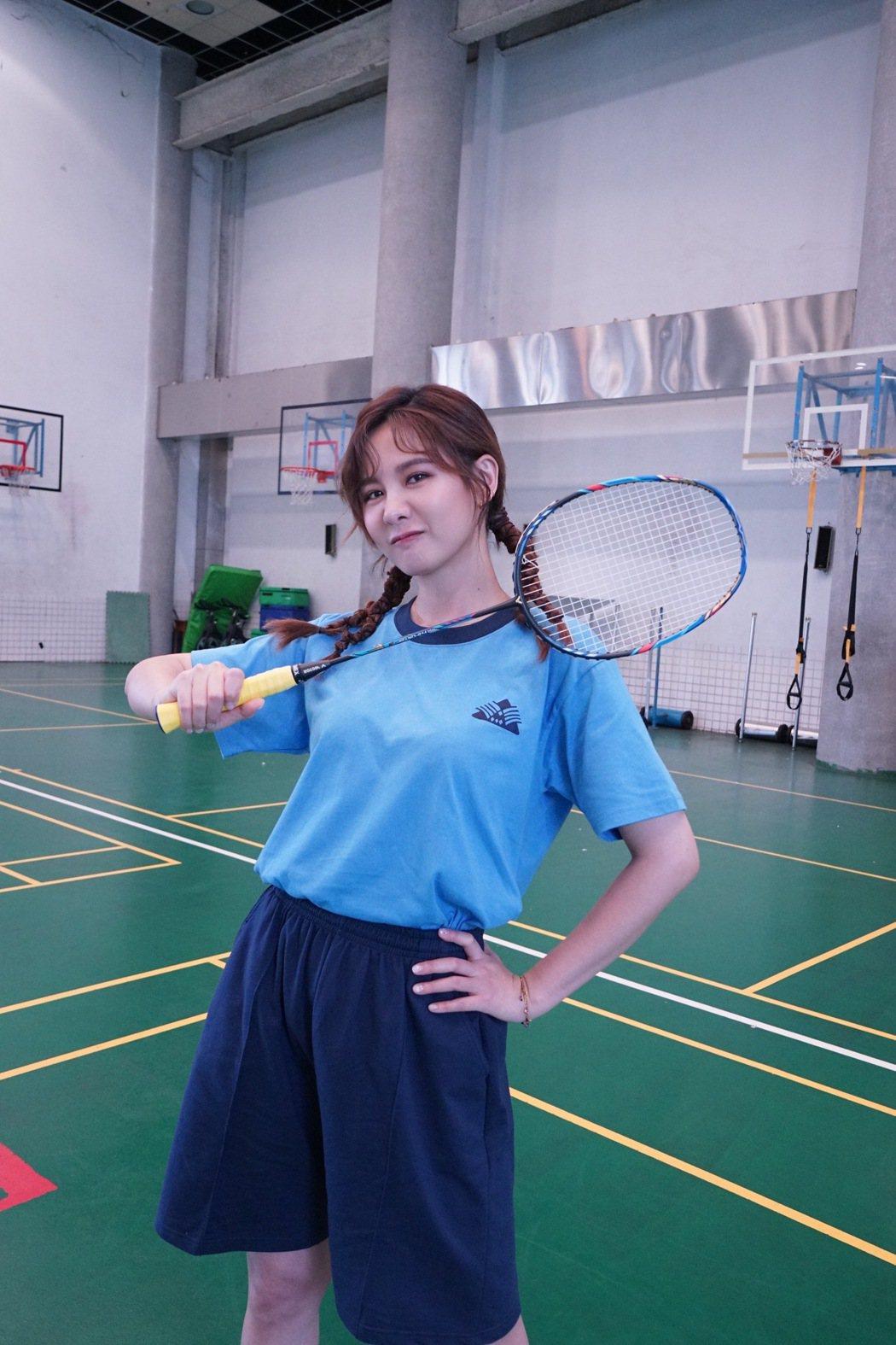 安心亞化身美麗的羽球隊經理。圖/三立電視提供