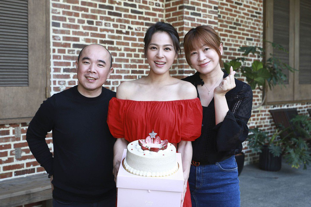 蘇晏霈拍廣告,保養品公司董事長詹嘉鴻和夫人為她慶生。圖/民視提供