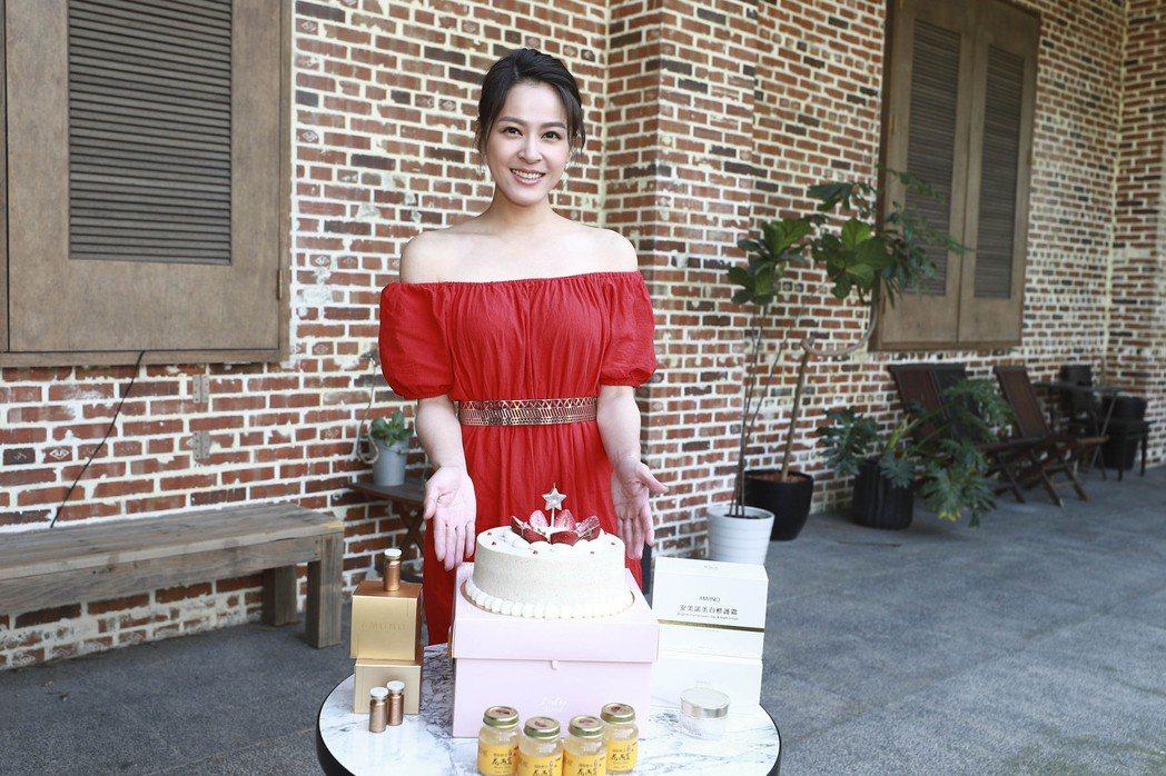 蘇晏霈在廣告拍攝現場驚喜慶生。圖/民視提供