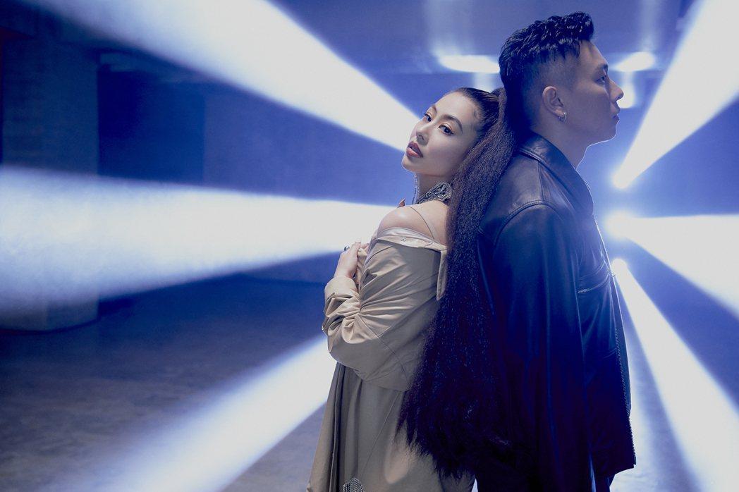 蔡詩芸(左)邀到瘦子再度合作,對唱新歌「Trash Talk」。圖/瑩音樂提供
