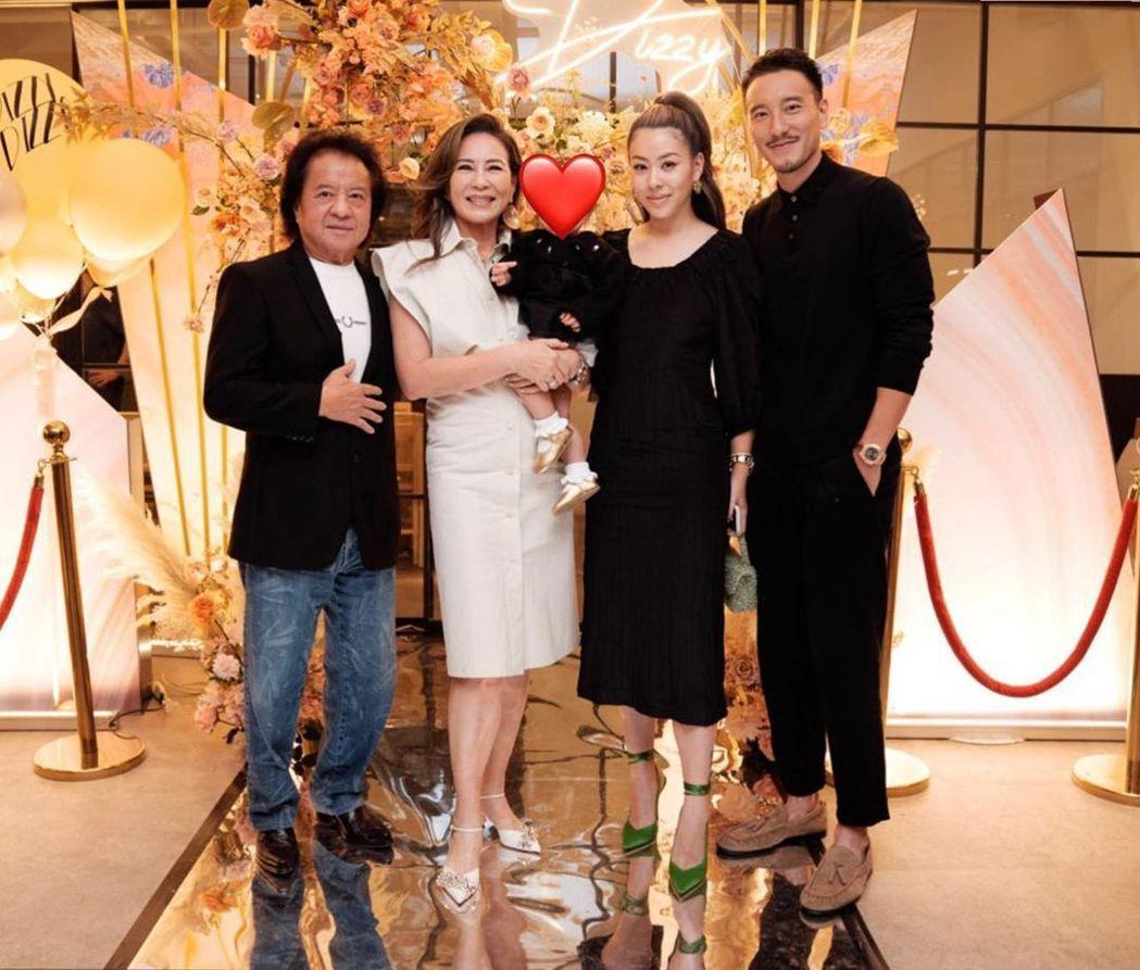 蔡詩芸(右二)在老公王陽明(右)和家人陪伴下慶祝35歲生日。圖/瑩音樂提供