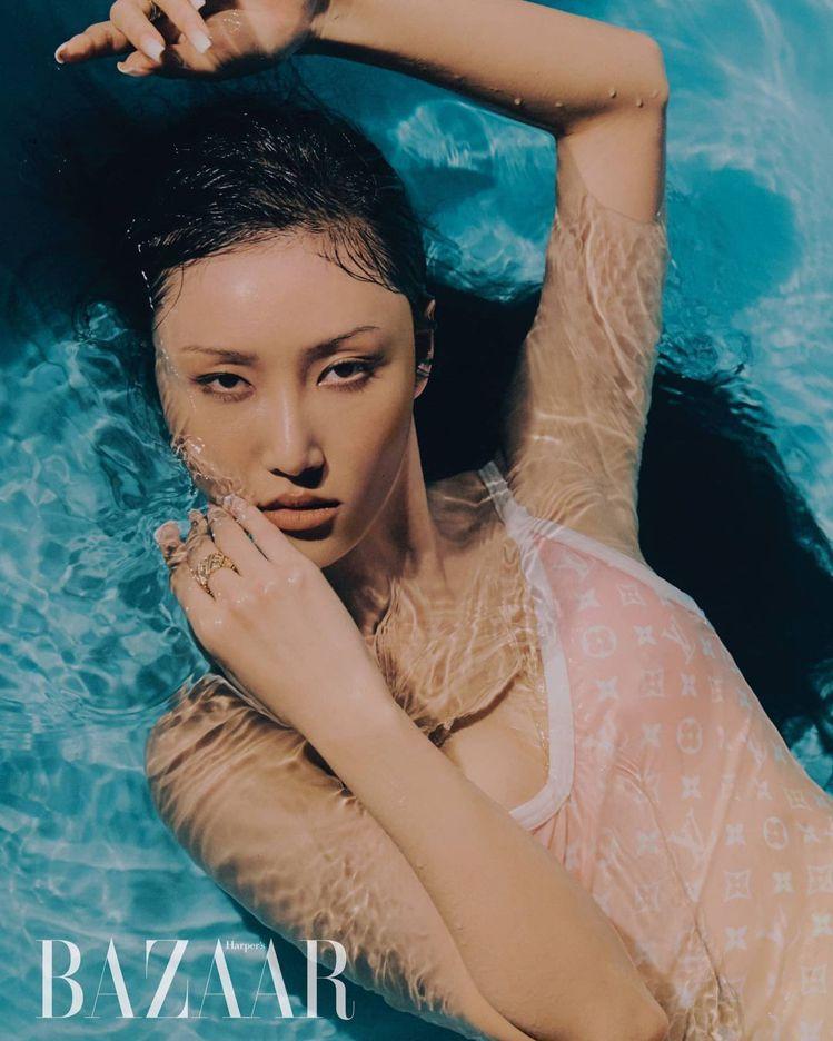 「高衩妖精」華莎在韓國版Harper's BAZAAR穿出路易威登夏日系列的性感...