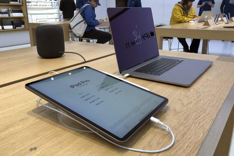 美國波士頓郊區一家蘋果門市展售的 iPad Pro與Macbook Pro。  美聯社