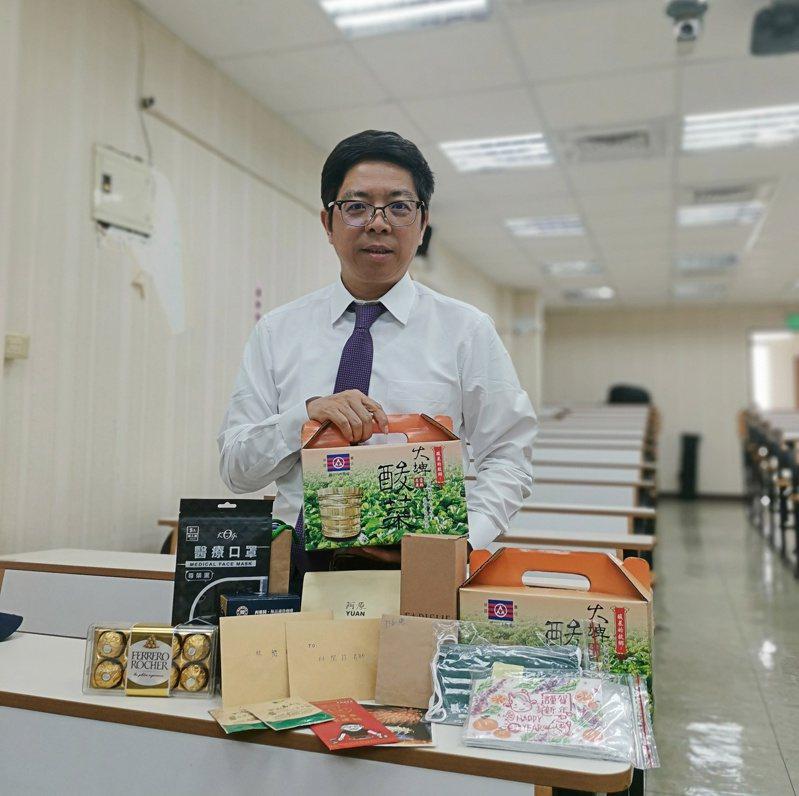 梨山賓館副總經理林閔政上課不收學費,而以交換禮物分享,上課收到有茶包、卡片、金莎巧克力、手作卡片及口罩等小物。圖/林閔政提供