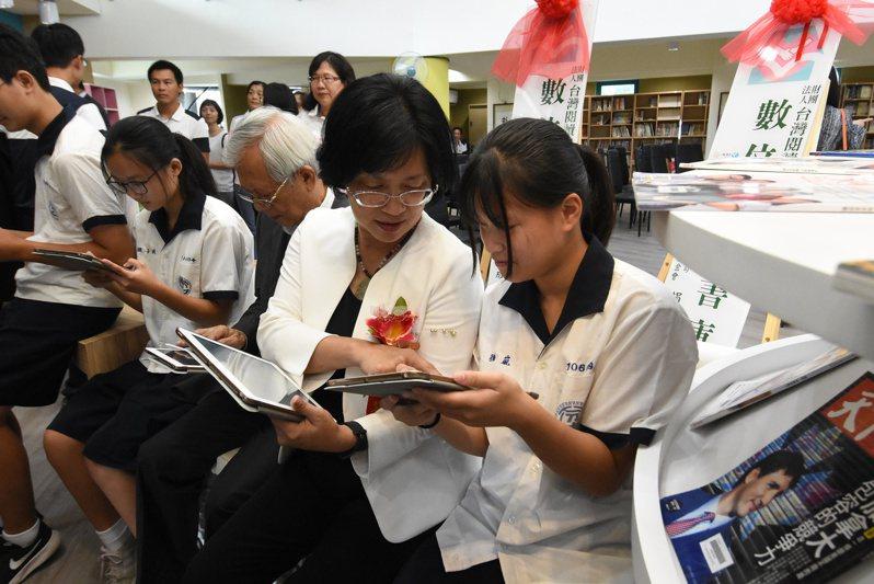 彰化縣政府推動閱讀,藉由愛的書庫流通書藉到各校。圖/教育處提供