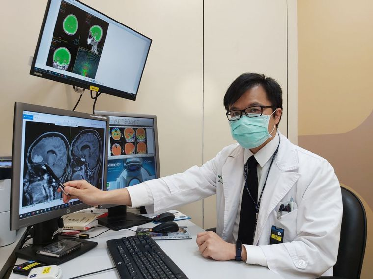 這名女性患者因為肺腺癌轉移到腦部,影響額葉,導致性情大變。圖/新北市三峽恩主公醫...
