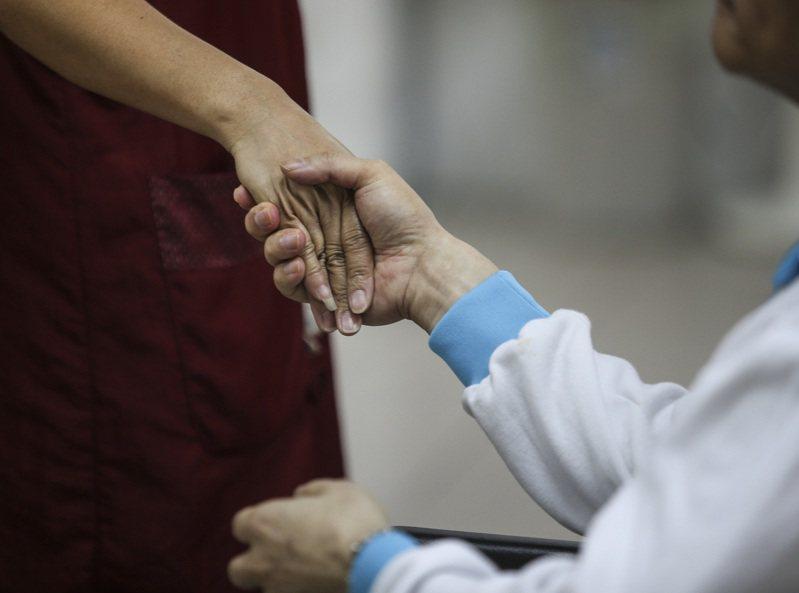 高雄市衛生局擬規畫在高雄市高齡整合長照中心成立「特殊疾病個案照護專區」,提供約50多個床位給愛滋病感染者等特殊疾病個案。圖為示意圖。圖/聯合報系資料照片