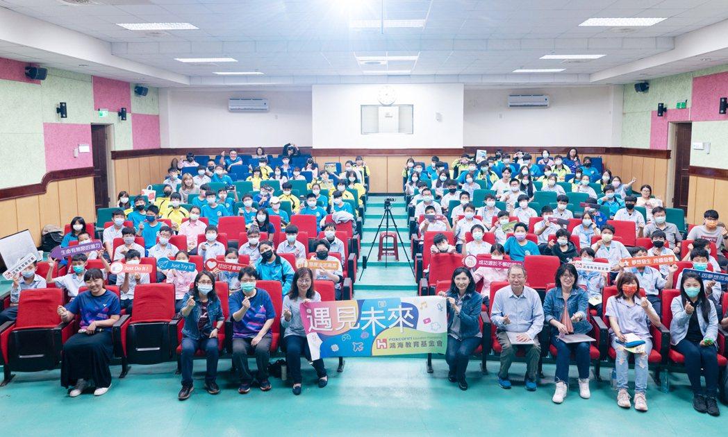 鴻海教育基金會與101煙火設計者李秀超,前進平溪國中揭密101煙火。圖/鴻海提供