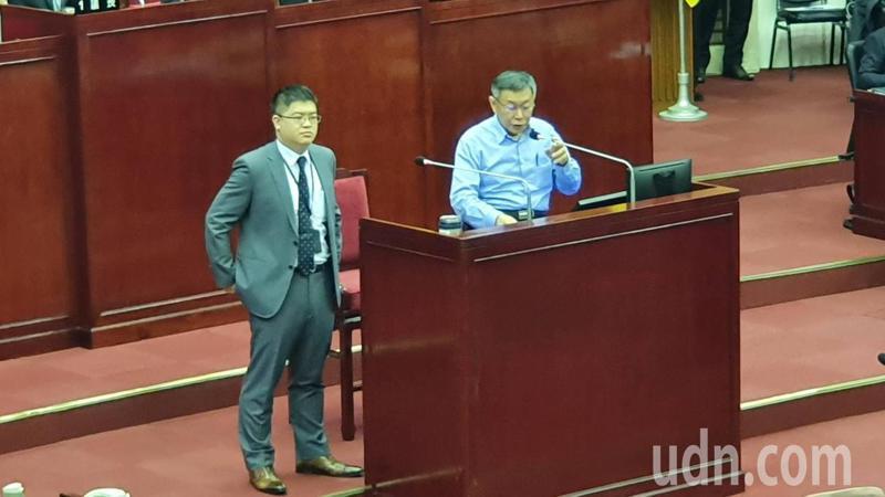 台北市長柯文哲下午至議會進行施政報告並備詢,悠遊卡總經理邱昱凱(左)首次備詢。記者楊正海/攝影