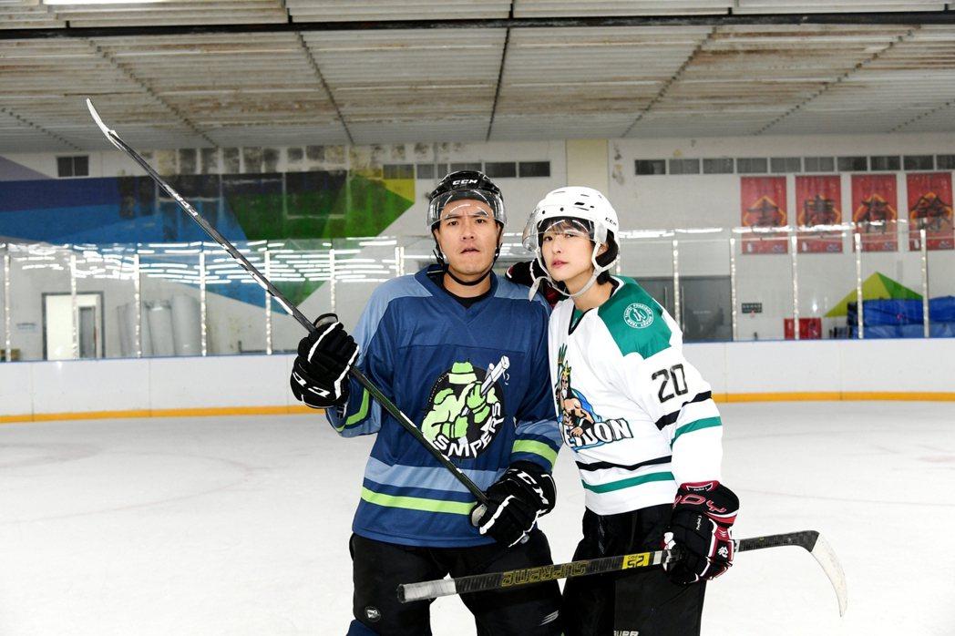王傳一(左)賴雅妍為戲學冰球。圖/三立提供