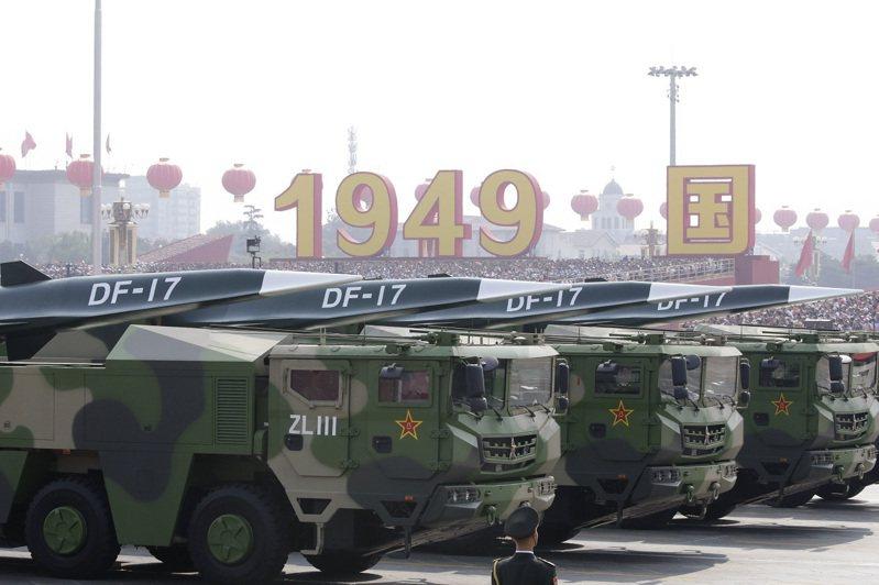 中國2019年10月1日高調展示「東風-17」中程高超音速彈道飛彈。路透