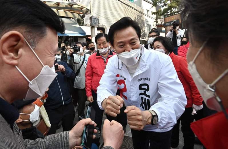 在野黨的吳世勳回鍋當首爾市長,圖為他在選舉期間向選民拜票。法新社
