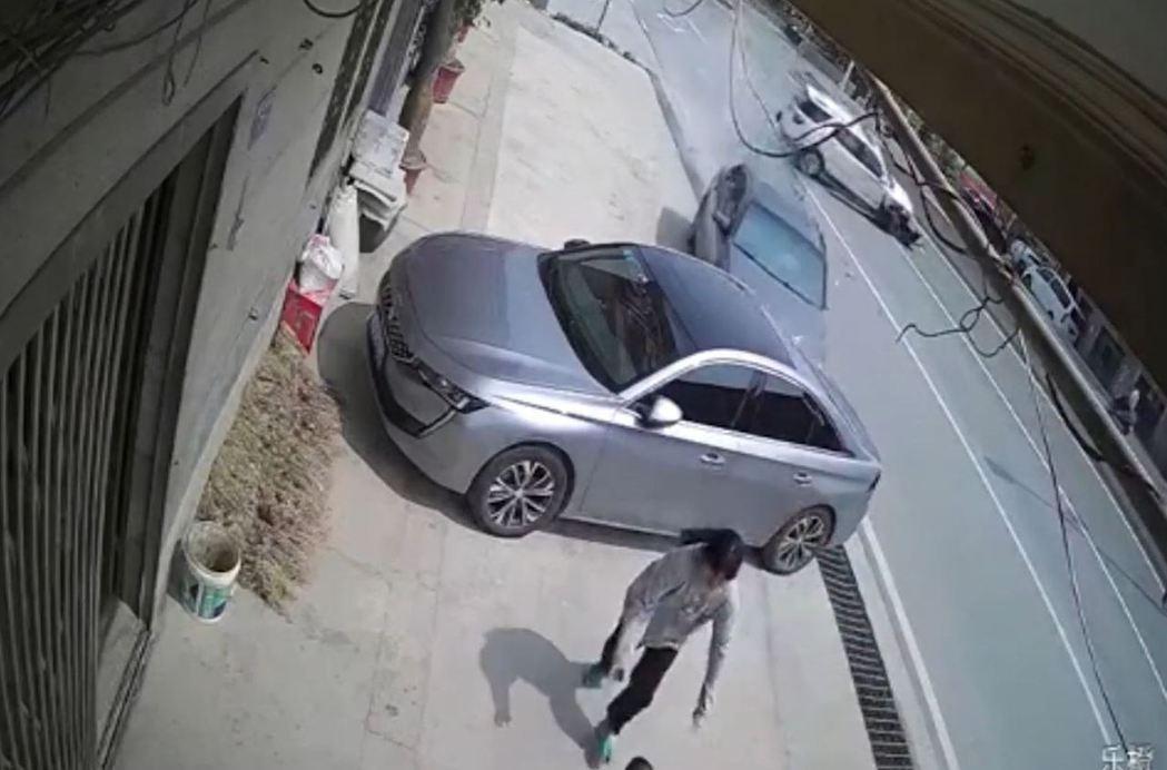 大陸網友在社群媒體PO出一段影片 ,一位勇母眼見幼女即將被車撞,立刻反射性的用肉...