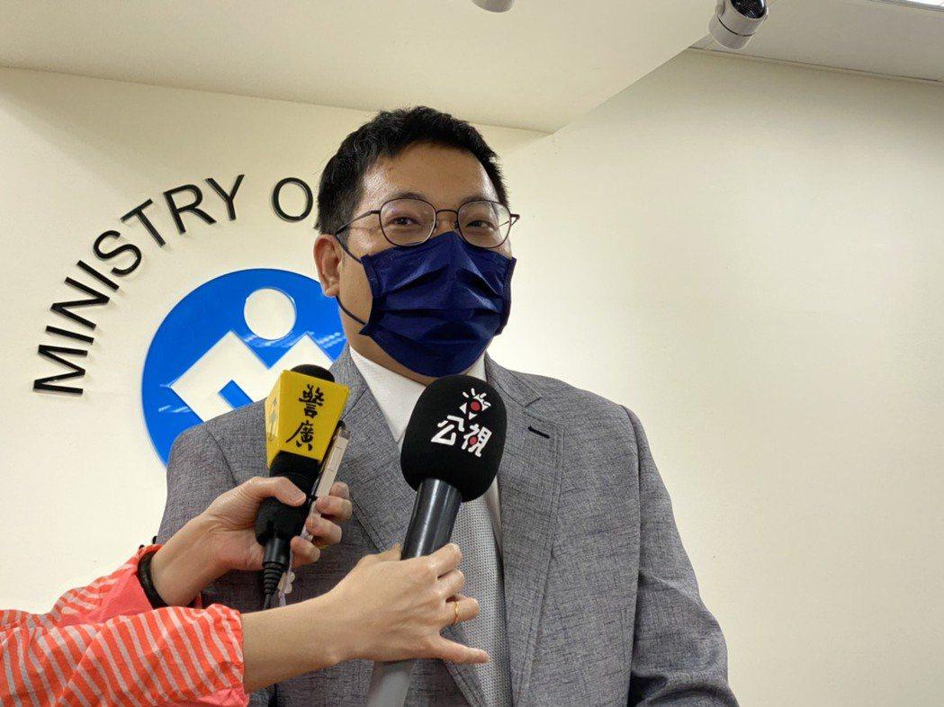 勞動部次長王安邦說明今天台印雙方針對零付費政策的協商進度。記者葉冠妤/攝影