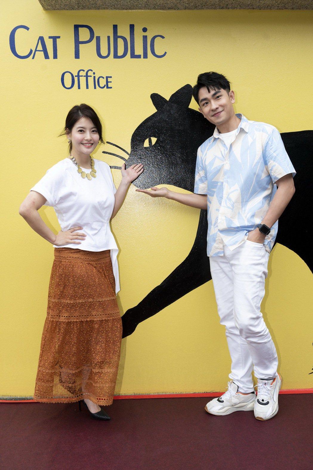 王樂妍(左)、陳謙文都是愛貓一族,2人成為「猴硐貓公所」活動代言人。圖/卡巴迪亞...