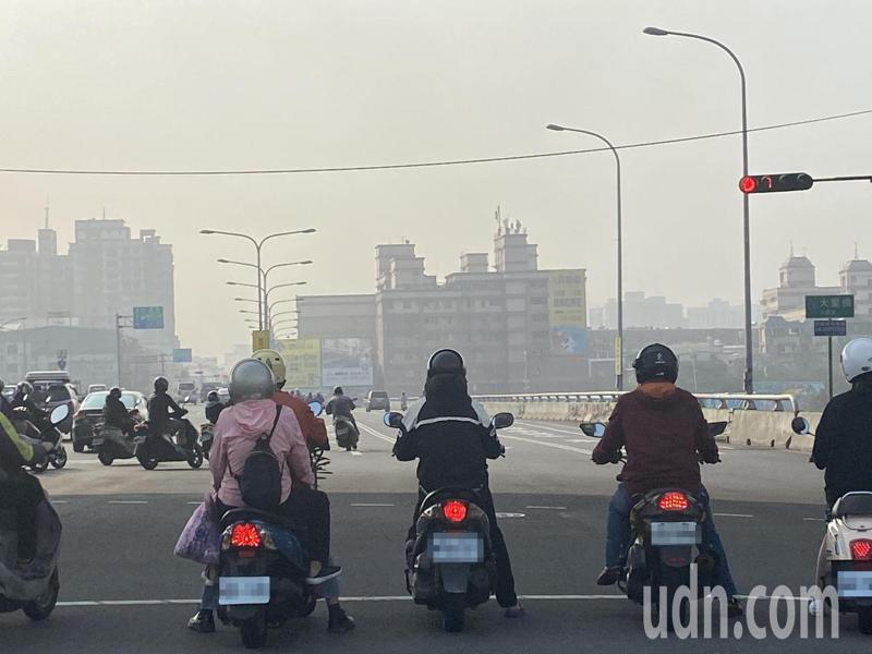 懸浮微粒PM10與PM2.5都屬空污物質,恐誘發多種疾病。報資料照片/記者趙容萱攝影