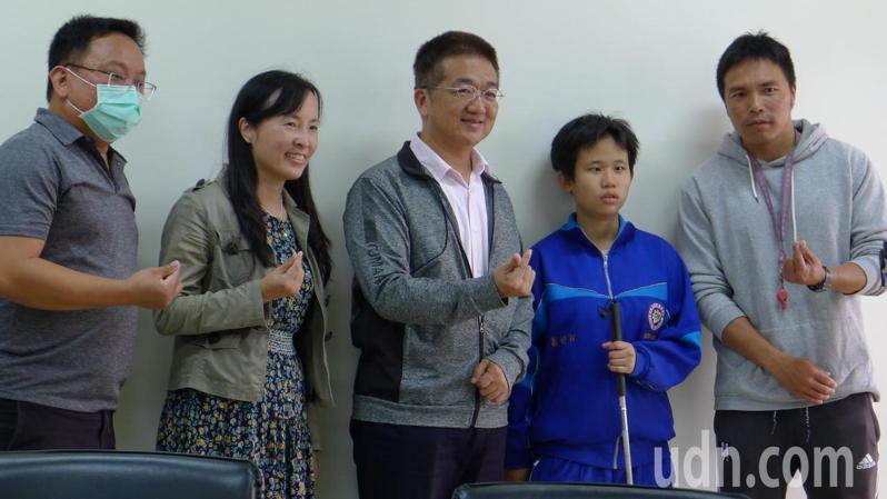 彰化縣立二林高中的體育老師黃宏凱提出想法,獲得學生一致同意,幫助盲生「小蓁」跑完大隊接力,校長黃洲海為學生感到光榮。記者簡慧珍/攝影