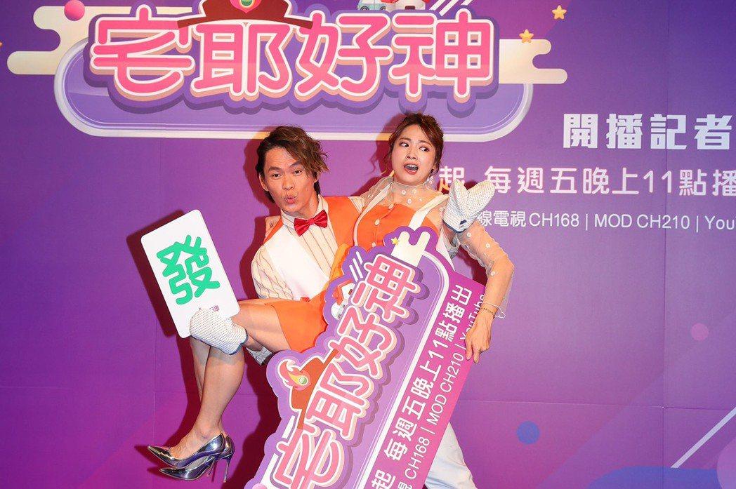 黃鐙輝(左)和阿喜主持狼谷外景節目「宅爺好神」。圖/狼谷育樂台提供