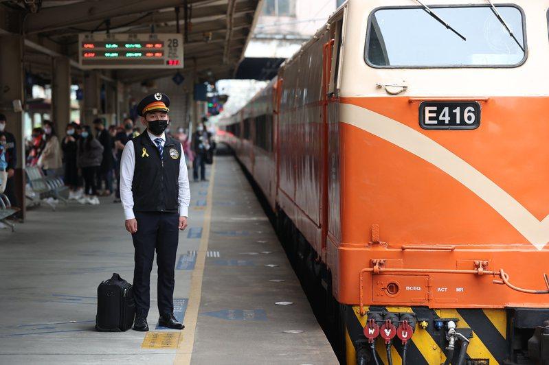 為弔念台鐵事故殉職司機,全線列車今天上午9點28分集體鳴笛,司機員也別上黃絲帶表示哀悼。記者葉信菉/攝影