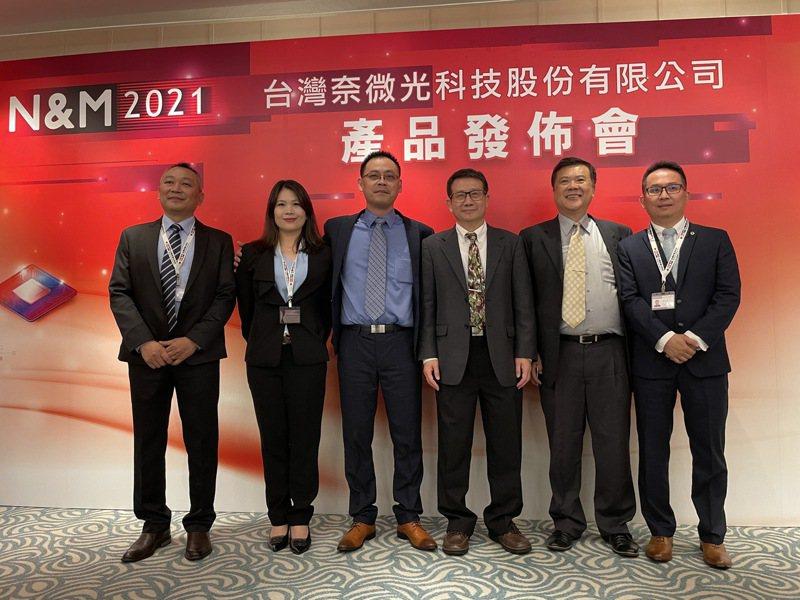 台灣奈微光陳孝昌(右三)與多位共同創業夥伴,正式宣告採用CMOS製程的矽光子晶片將領先全球進入量產。記者簡永祥/攝影