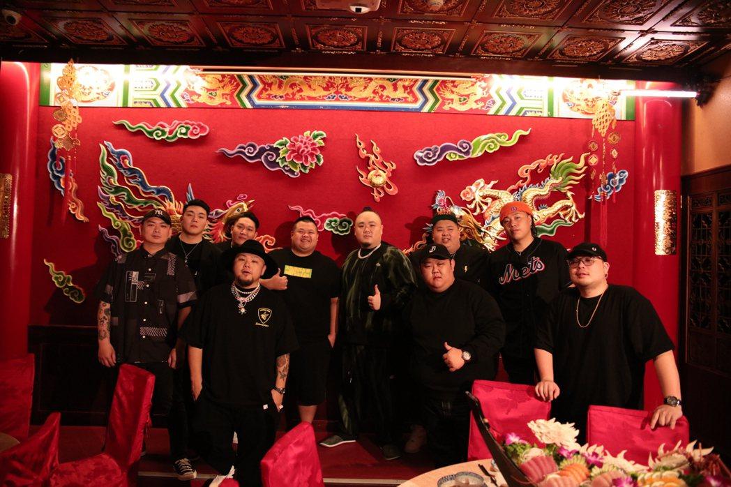 首波單曲「FatBoyGang」MV,大淵邀來眾多重量級的朋友們一起入鏡。圖/本