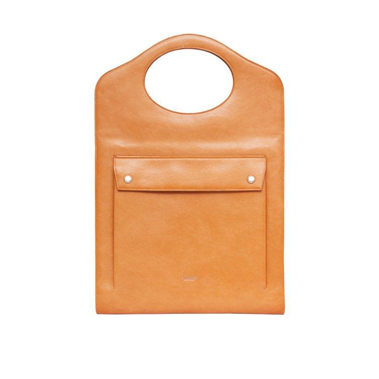 皮革扁型Pocket包淡橘色,10萬5,000元。圖/BURBERRY提供