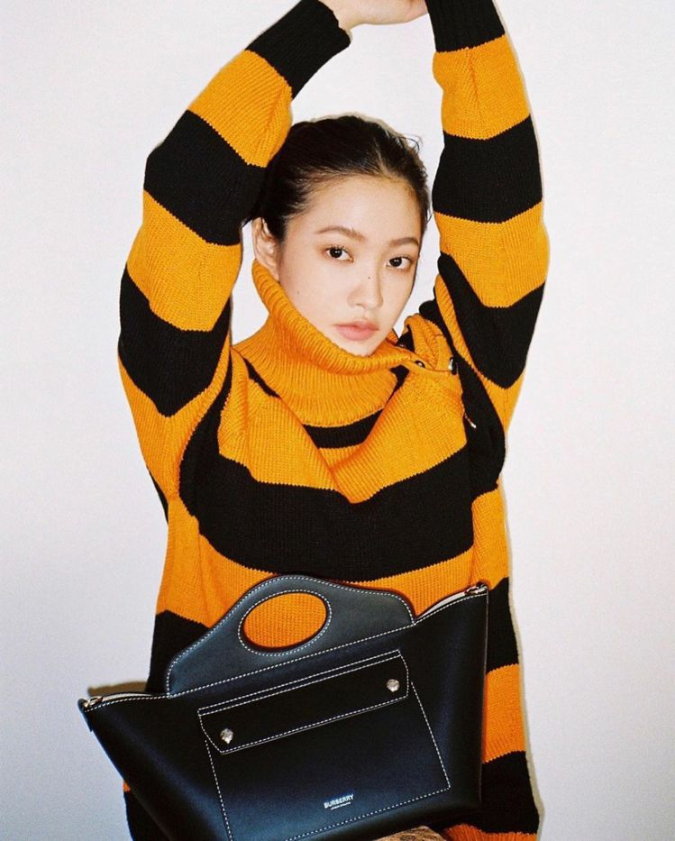 Red Velvet的Yeri將迷你皮革軟式Pocket托特包的穿搭拍得相當別緻...