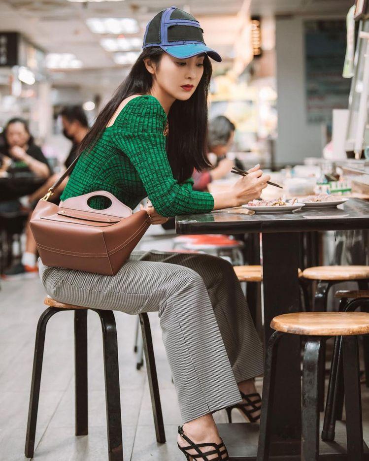 吳速玲以纖長身型詮釋迷你皮革軟式Pocket托特包,59,000元。圖/取自IG
