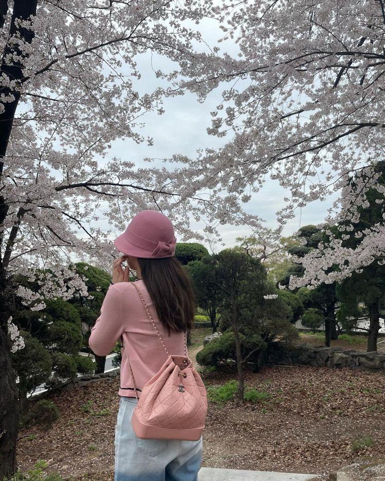 Jennie背粉紅色的香奈兒Gabrielle系列後背包,俏皮可愛。圖/摘自IG