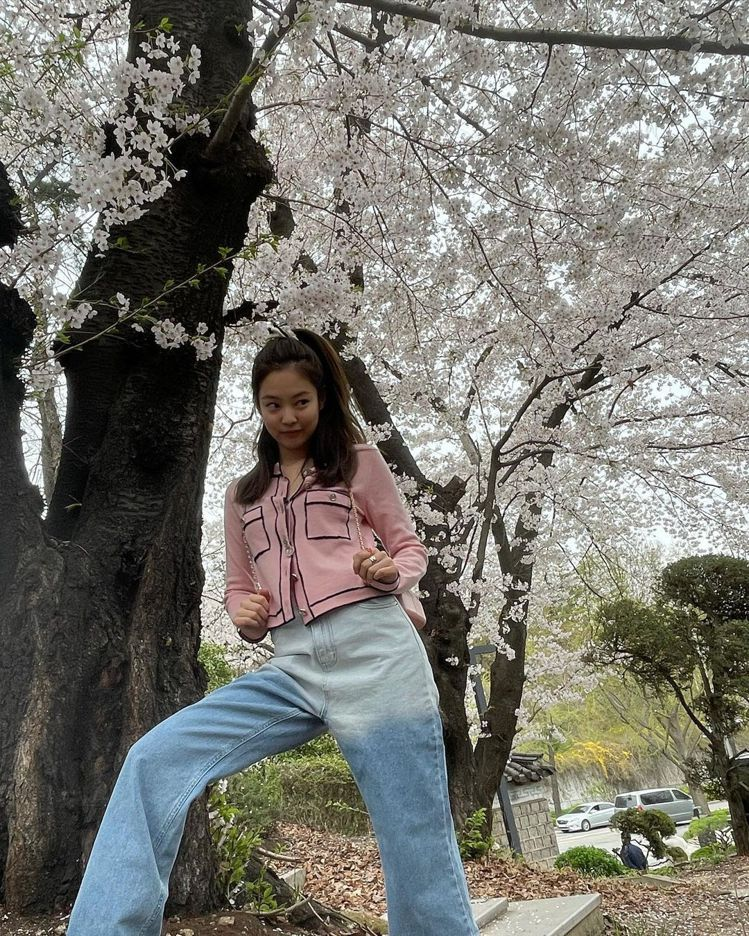 韓國女團BLACKPINK成員Jennie曬出一系列出遊的照片,穿著之前拍雜誌時...