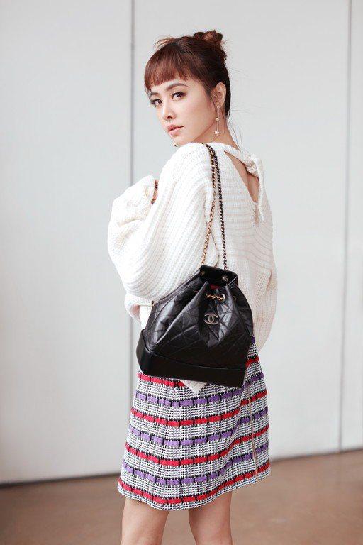 香奈兒Gabrielle系列後背包剛推出時,蔡依林也背過黑色款。圖/香奈兒提供