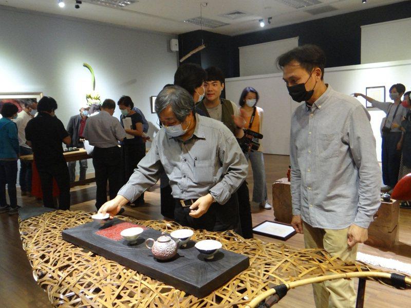 3位不同領域的藝術家以茶相會,在虎科大藝術中心開辦茶的聯展,不同的心思創作也能擦出美麗火花,吸引不少人欣賞。記者蔡維斌/攝影