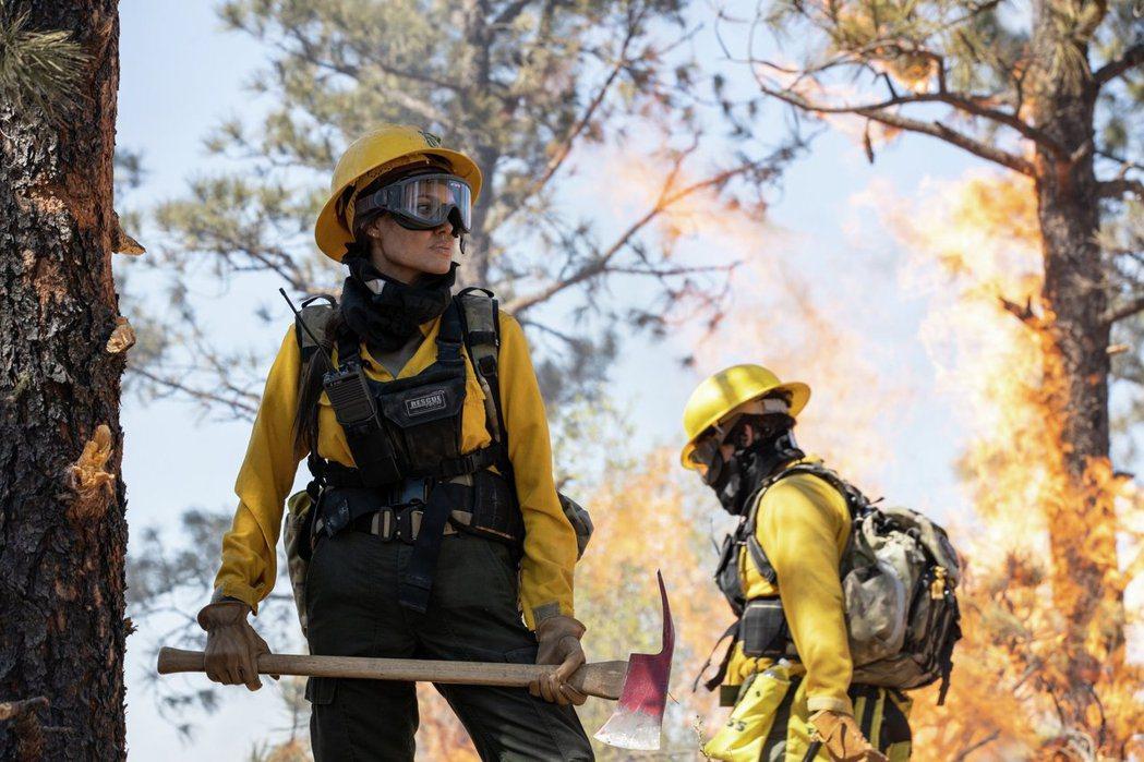 裘莉在「那些要我死的人」演出消防員。圖/華納兄弟提供