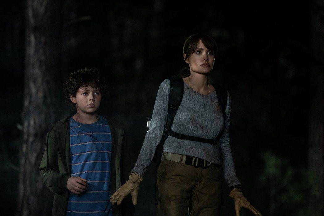裘莉(右)在「那些要我死的人」展現精湛演技。圖/華納兄弟提供