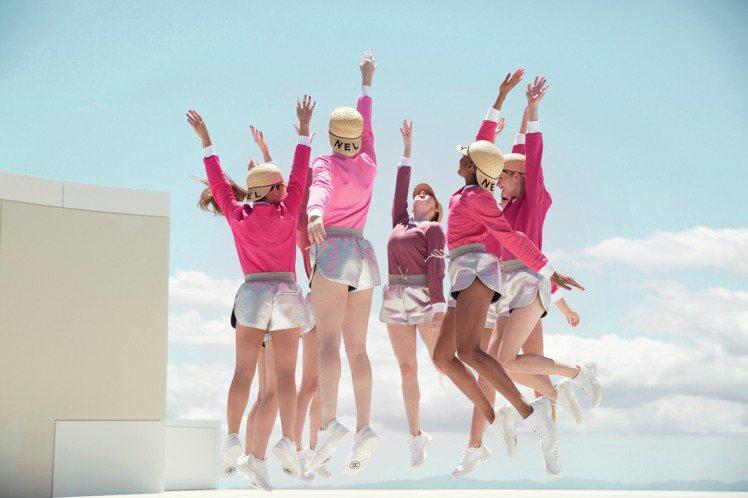 莉莉蘿絲‧戴普為香奈兒COCO星綻唇膏形象代言人,在廣告中大秀舞步。圖/香奈兒提...