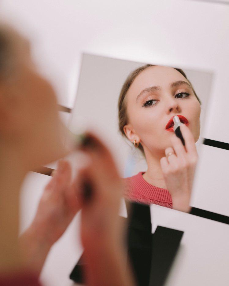 莉莉蘿絲‧戴普畫上香奈兒COCO星綻唇膏#140生命。圖/香奈兒提供