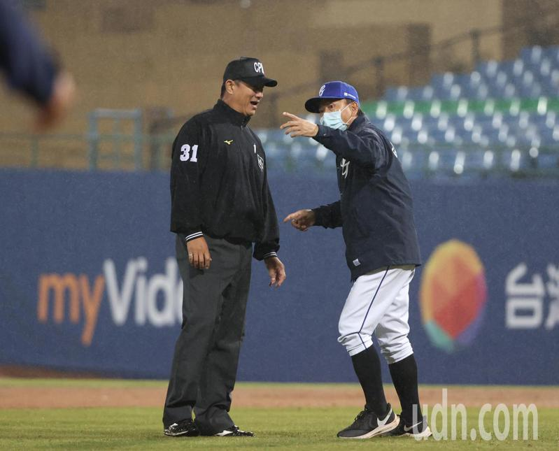 富邦悍將總教練洪一中(右),上場表達意見。記者林澔一/攝影