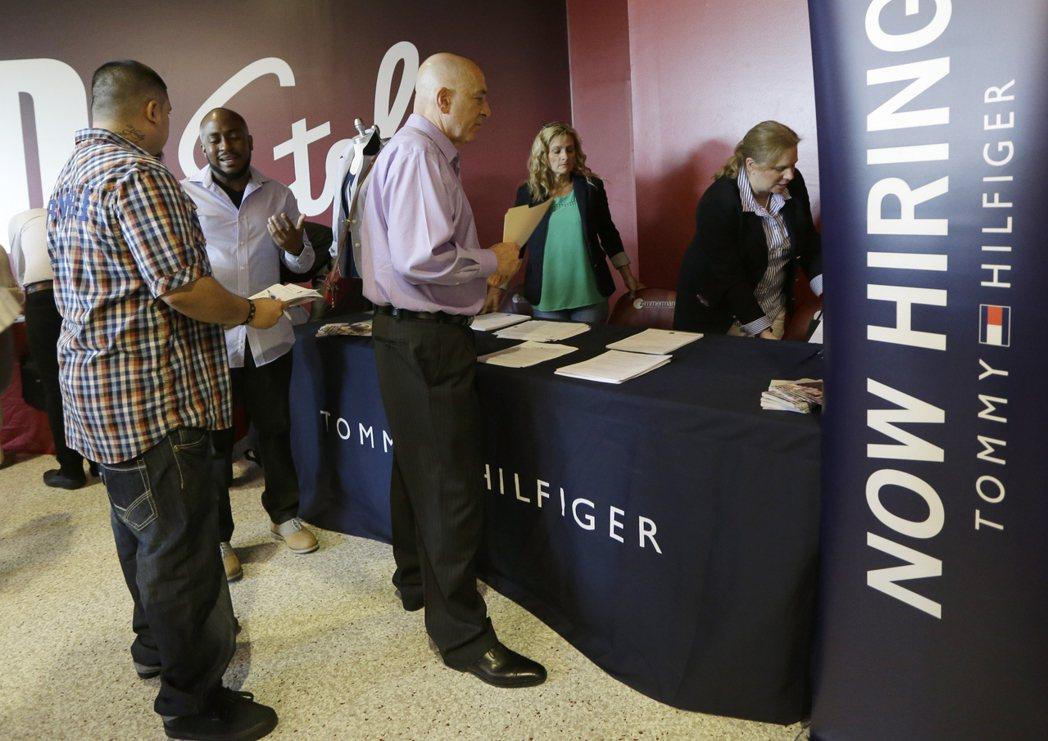 美國上周首次申請失業救濟金人數意外連續第二周攀升。美聯社