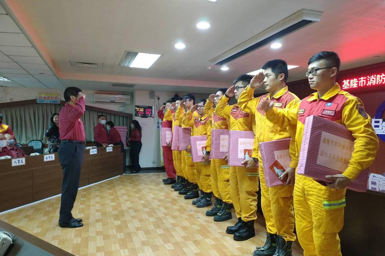 基隆21名特搜支援太魯閣號救援 受贈慰勞品和平安符
