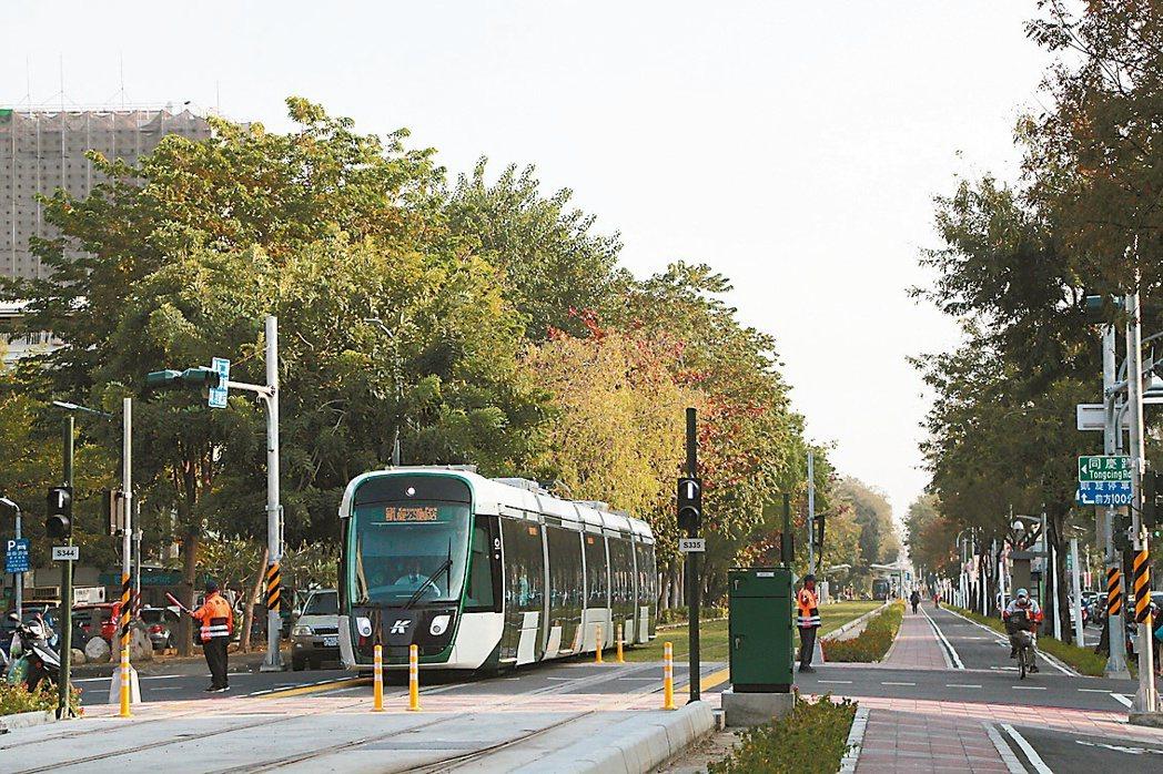 高雄輕軌屢遭汽機車擦撞,高市府決定於約50個路口處增設「智慧路口防撞警示系統」,...