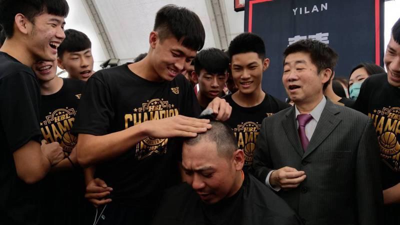 宜蘭私立慧燈中學以15戰連勝之姿拿下HBL隊史首冠,總教練俞世豪兌現承諾,讓球員剃光他的頭,大家超開心。記者戴永華/攝影