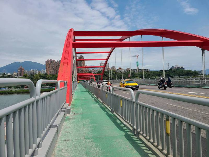 淡水關渡橋接連發生民眾爬上橋頂案件。圖/鄭宇恩服務處提供