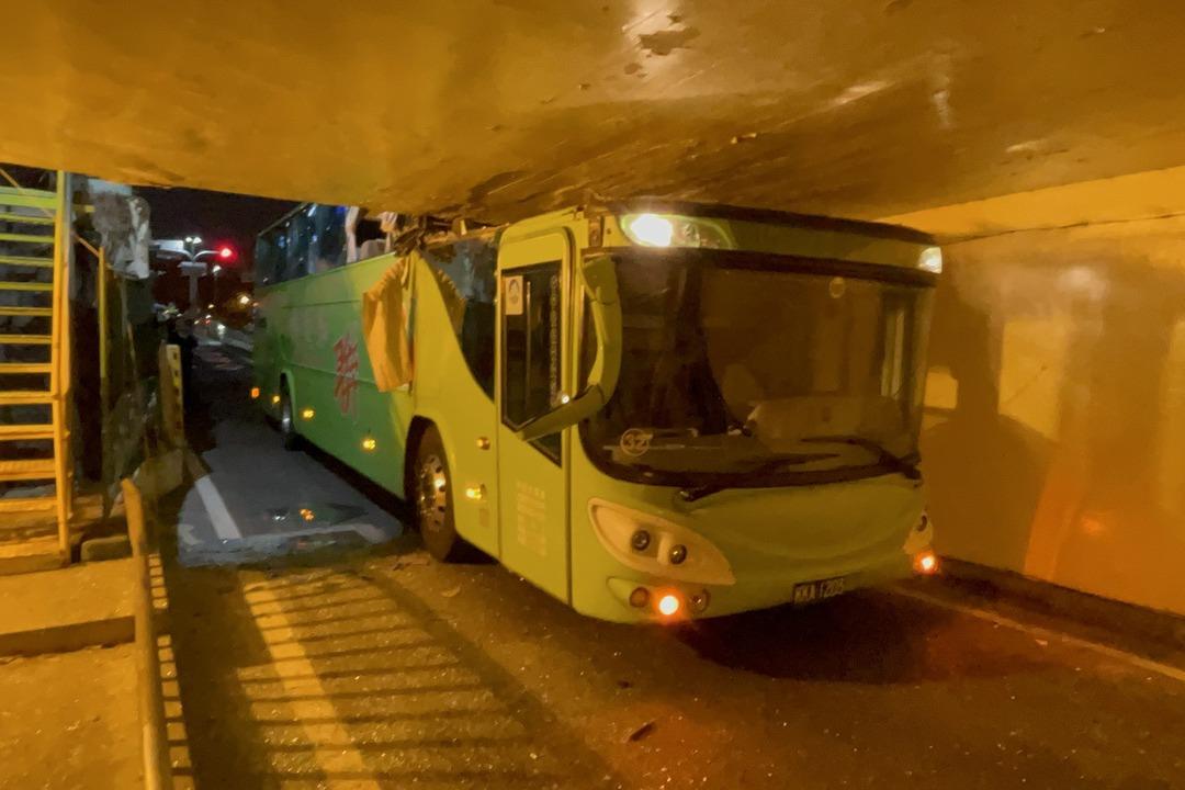 影/台南雙層客運誤闖機慢車道 車頭削半卡在地下道