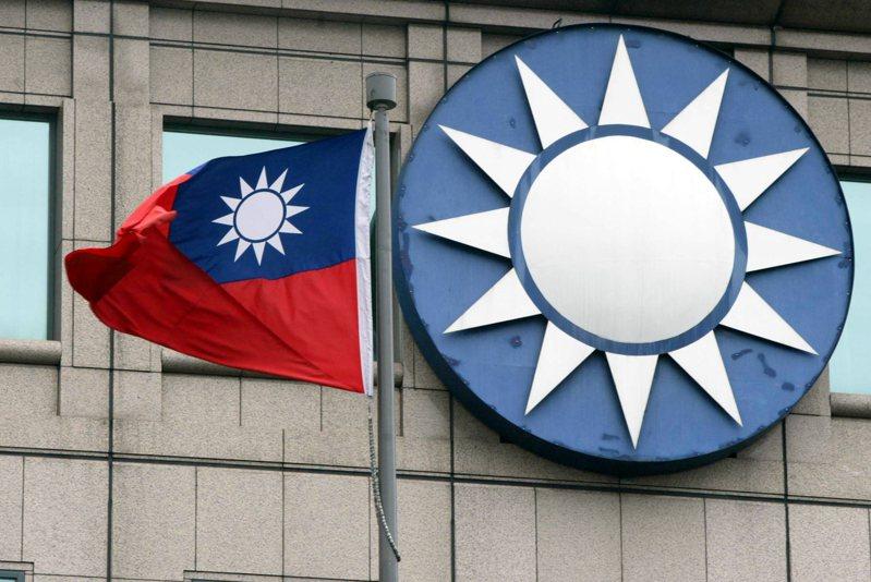 內政部評估報告表示,國徽(左,國旗內)不應輕易修改,國民黨徽(右)宜尊重國徽,適度調整。本報資料照片