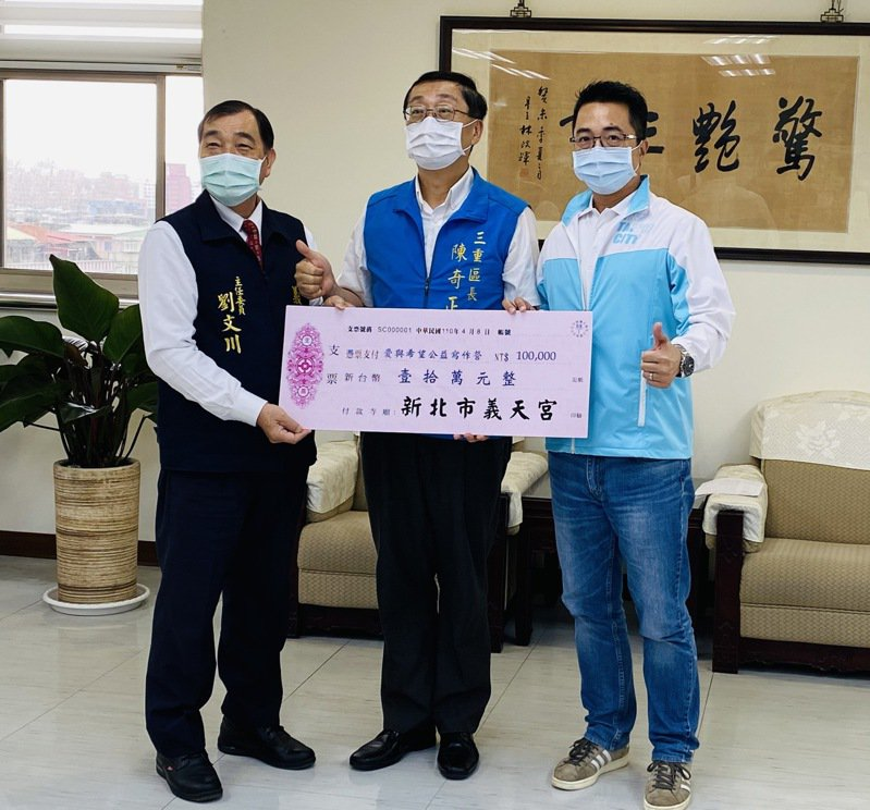 義天宮主委劉文川(左)捐贈10萬元助校方開設作文班,碧華國中校長林建成(右)代表受贈。圖/三重區公所提供